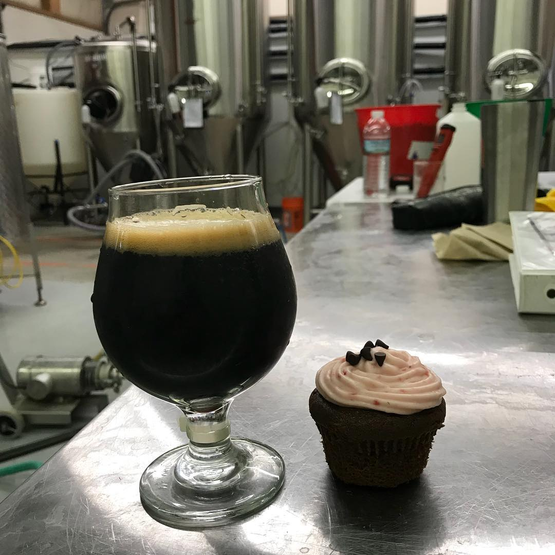 """""""Hot Sex on a Platter"""" strawberry chocolate stout and a strawberry chocolate cupcake. Makes a mission complete! #lithermanslimited #hotsexonaplatter"""